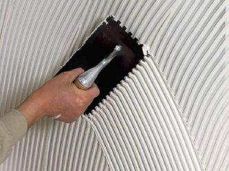Как наносить плиточный клей на стену?