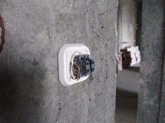Как установить накладную розетку на стену?