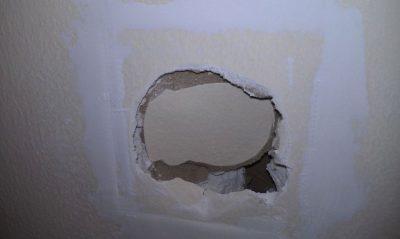 Какой смесью заделать дыры в стене бетонной штукатурка своими руками без маяков цементным раствором