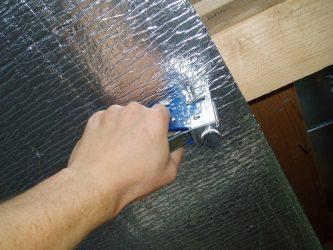Чем приклеить утеплитель с фольгой к стене?